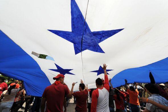 Centenares de jóvenes se dedican a pintar camisetas, mantas y banderas e...