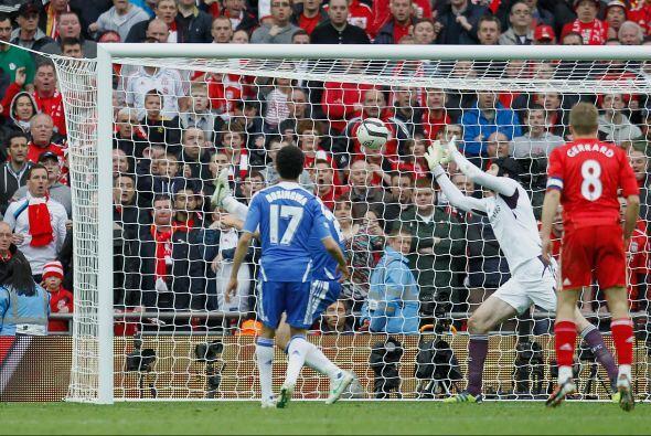 El portero manoteó el balón ante la mirada de los jugadores del Liverpool.