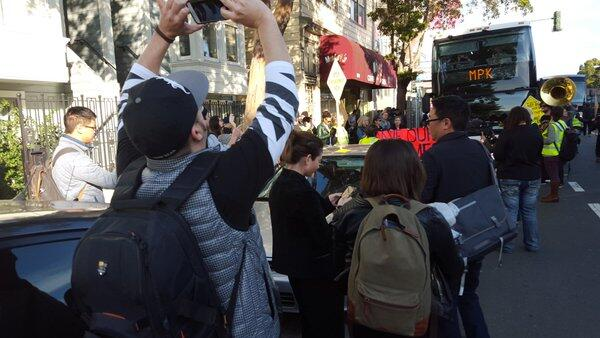 Decenas de personas bloquearon los autobuses que trasladan a empleados d...