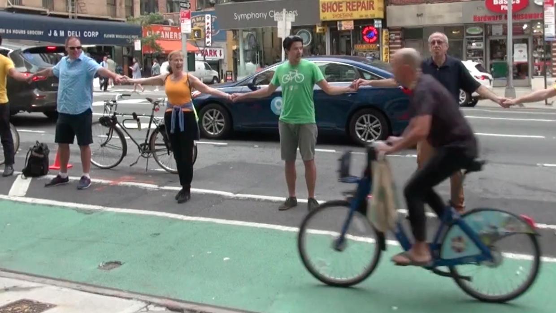 Una cadena humana protegiendo a los ciclistas en la Segunda Avenida de N...