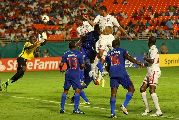 En el segundo tiempo, Trinidad y Tobago se volcó al frente para buscar e...