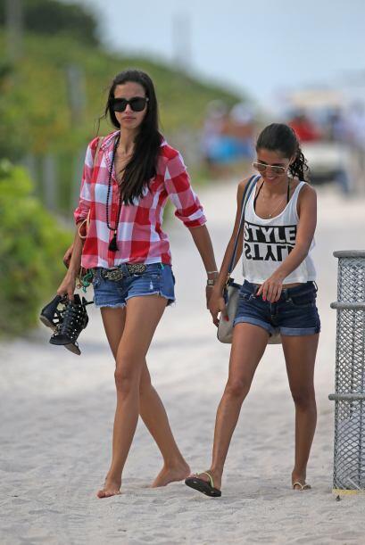 Ir a la playa y relajarse con sus amigas es una muy buena terapia.Mira a...