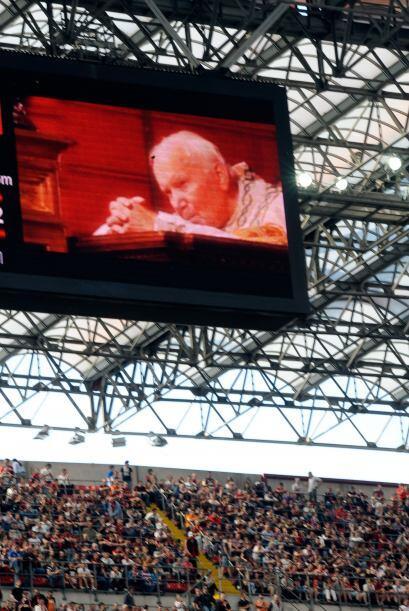 En las pantallas del Giuseppe Meazza se rindió un homenaje al recien bea...
