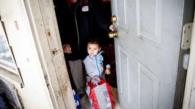 Sandra Mendez y su hijo Alonzo Cabrera reciben agua embotellada en su ho...