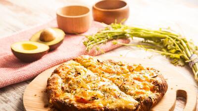 Pizza de aguacate con queso