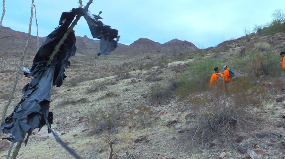 Rescatistas hallan los restos de un inmigrante en la frontera de Arizona...