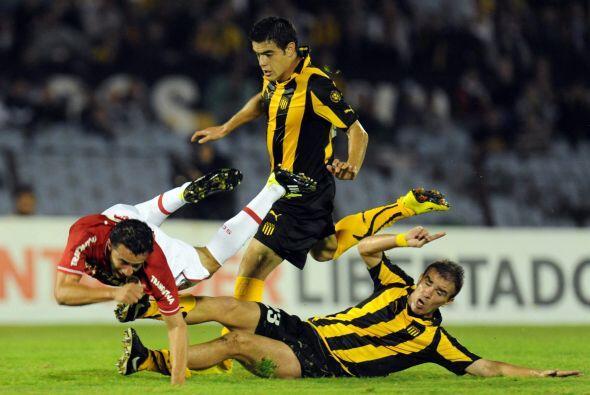 Desde el comienzo, Peñarol se lanzó al ataque, pero sin damasiada clarid...