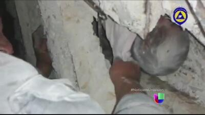 Captan en video el rescate de un bebé en Alepo