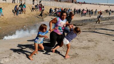 La madre que se hizo viral corriendo entre gases lacrimógenos con sus hijos logró ingresar a EEUU y pedir asilo
