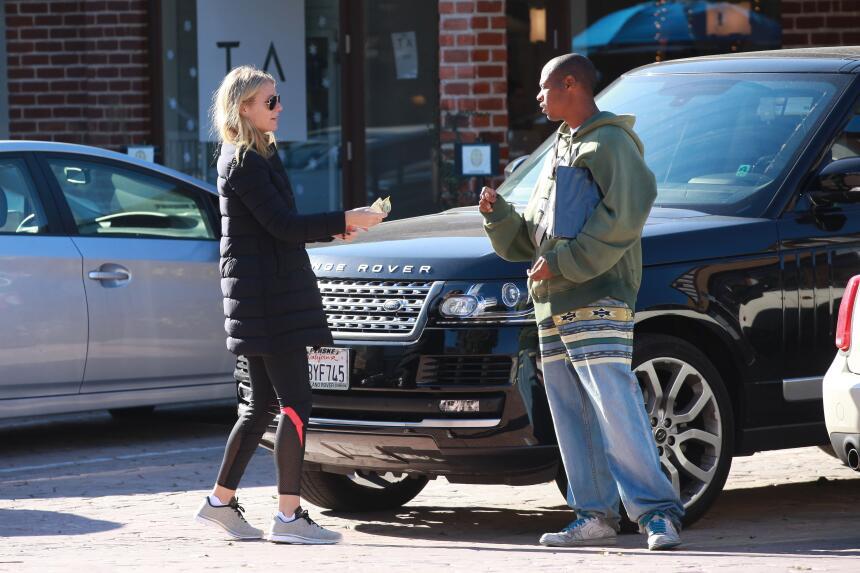 La famosa le dio algunos billetes a una persona que le pidió dinero en l...