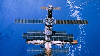 La Estación Espacial Internacional orbita la Tierra a una distancia de 3...