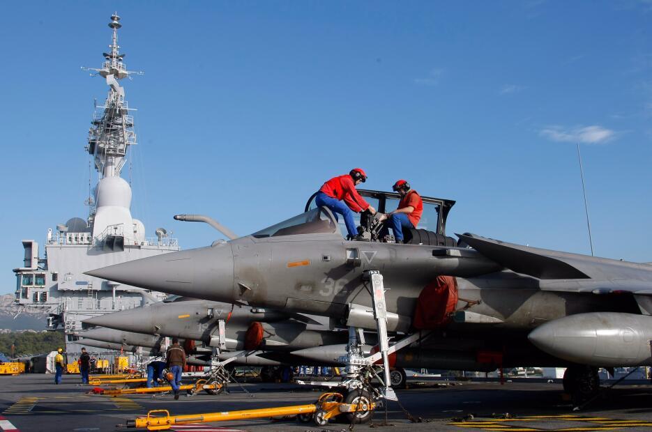 Soldados preparan un avión de guerra en el buque Charles de Gaulle
