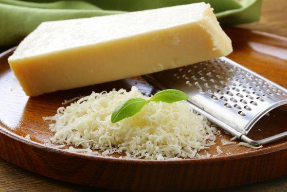 El queso parmesano en el grupo de los lácteos es el que más proteínas te...