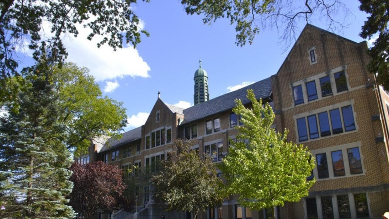 St. Joseph Academy, una escuela católica en Cleveland, es una de las tre...