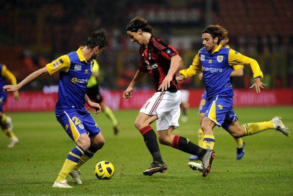 'Ibra' tuvo un muy buen partido ante Parma. Se movió por todo el frente...