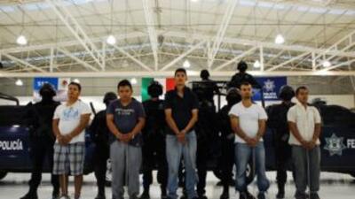 """En la imagen, los cinco presuntos miembros de la organización criminal """"..."""