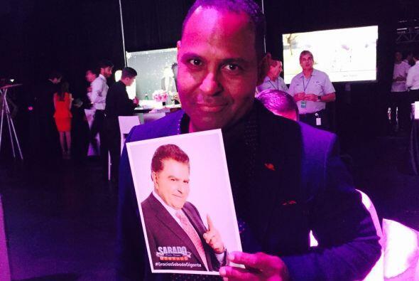 Tony Dandrades, de la familia de Primer Impacto, muestra una imagen de D...