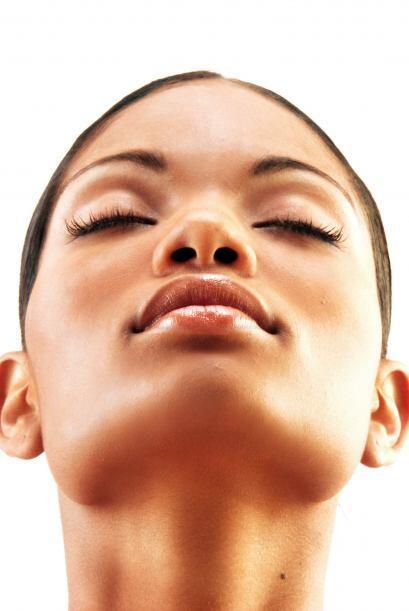 3. Tienes la tez oscura. La melanina reduciría la capacidad de la piel d...
