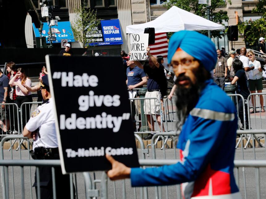 Un detalle de la protesta contra la Sharia y la contraprotesta en Nueva...