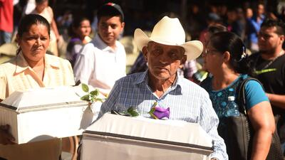 Familiares y vecinos de la localidad salvadoreña de El Mozote participan...