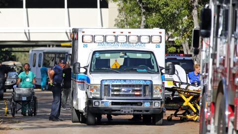 En la fotografía pacientes siendo evacuados del Centro de Rehabil...