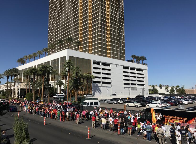 Las imágenes del 'muro' de camiones de taco que protestaron frente al ho...