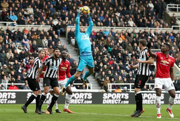 Newcastle sorprende y vence al Manchester United gettyimages-916935942.jpg