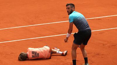 ¡Qué mala suerte! El golpe de un tenista en Roland Garros a un niño recogebolas