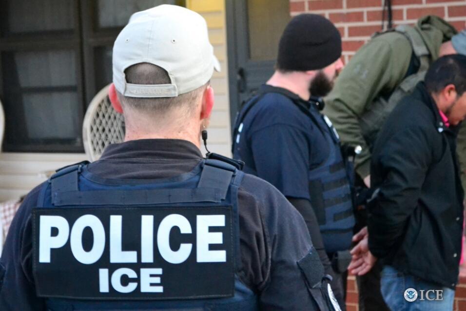 Agentes de ICE durante uyna redada.