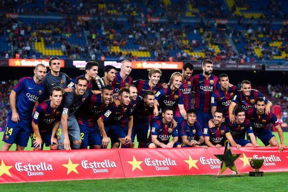Barcelona posando con plantel completo y los trofeos luego de ganar una...
