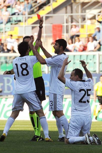 Caray, lo que hacen los jugadores del Cesena por evitar la expulsi&oacut...