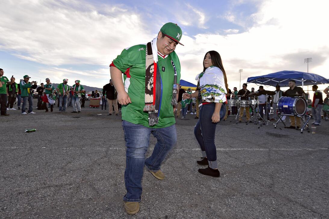 La fiesta de los mexicanos en el partido contra Islandia 20170208_2122.jpg
