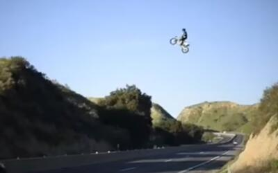 Una imagen del motociclista que cruzó un tramo de la autopista 60...