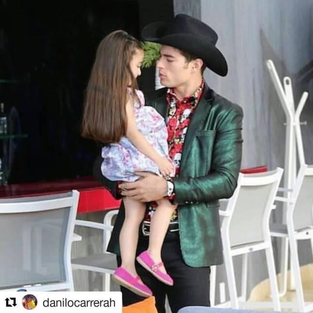 Danilo Carrera conquista el corazón de una joven actriz
