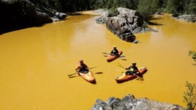 Kayaks en el río Animas de color amarillo.