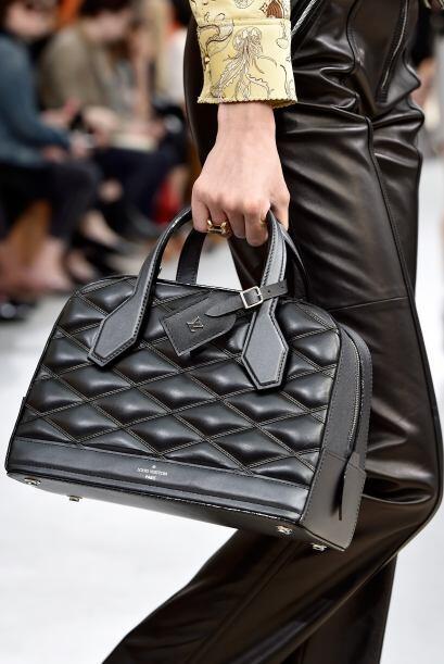 Un bolso negro es básico en el clóset de cualquier mujer.
