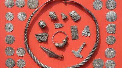 Parte del tesoro vikingo enterrado que consiguió un adolescente e...