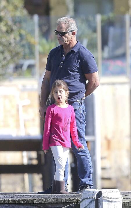 Mel Gibson cuida a su hija Lucía.