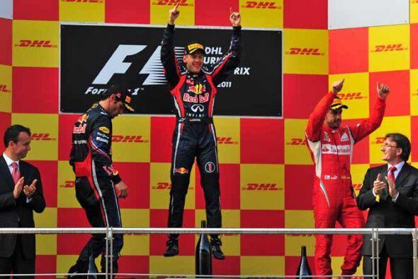 Vettel festejó en el podio con Webber y Alonso.