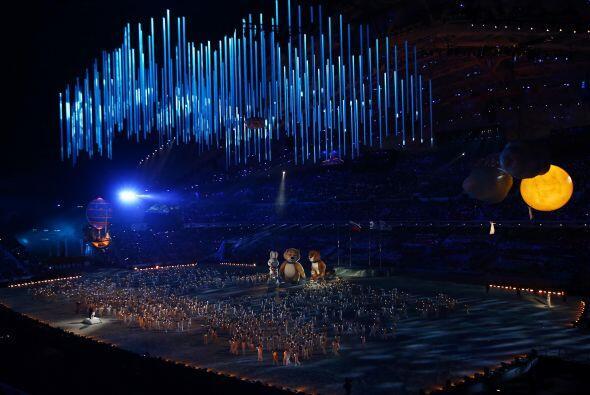 El fuego olímpico fue apagado por las tres mascotas gigantes -un oso pol...