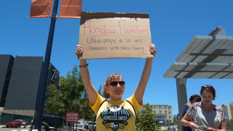 Próximo a la carpa de un mendigo en East Village, San Diego, una activis...