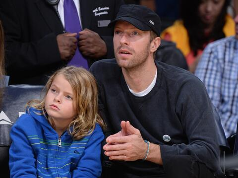 El cantante de Coldplay ve un juego con su hijo Moses.