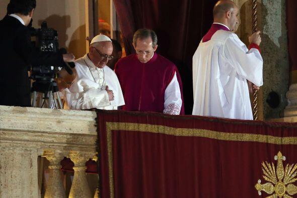 Franciso I saluda antes de retirarse del balcón. Texto de Efe.