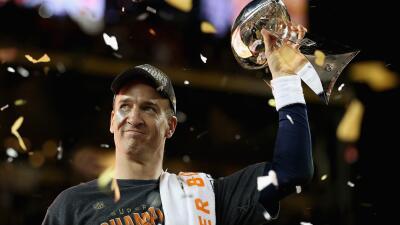 Manning sostiene el trofeo Vince Lombardi tras ganar el Super Bowl 50.