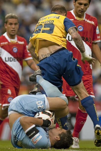 Partido de alto voltaje el que jugaron América de México y Argentinos Ju...