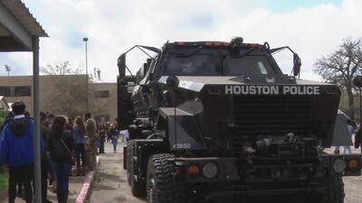 Distrito Escolar Independiente de Houston celebra el Día de la Ley