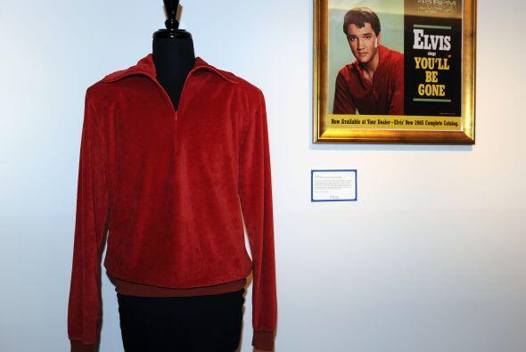 El pasado marzo también se puso en puja una chaqueta roja, una camisa de...