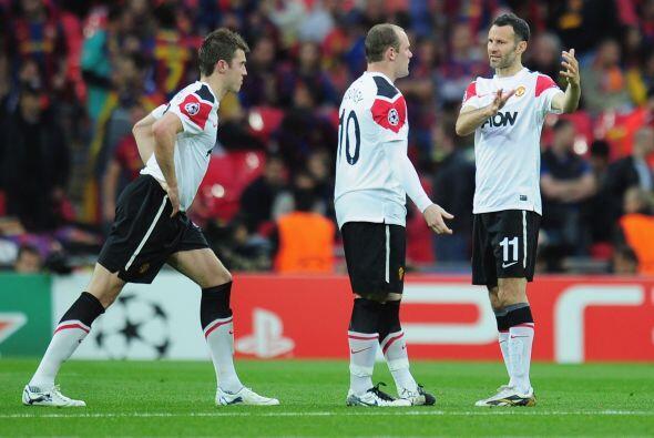 Los jugadores del Manchester United no encontraban los espacios y miraba...