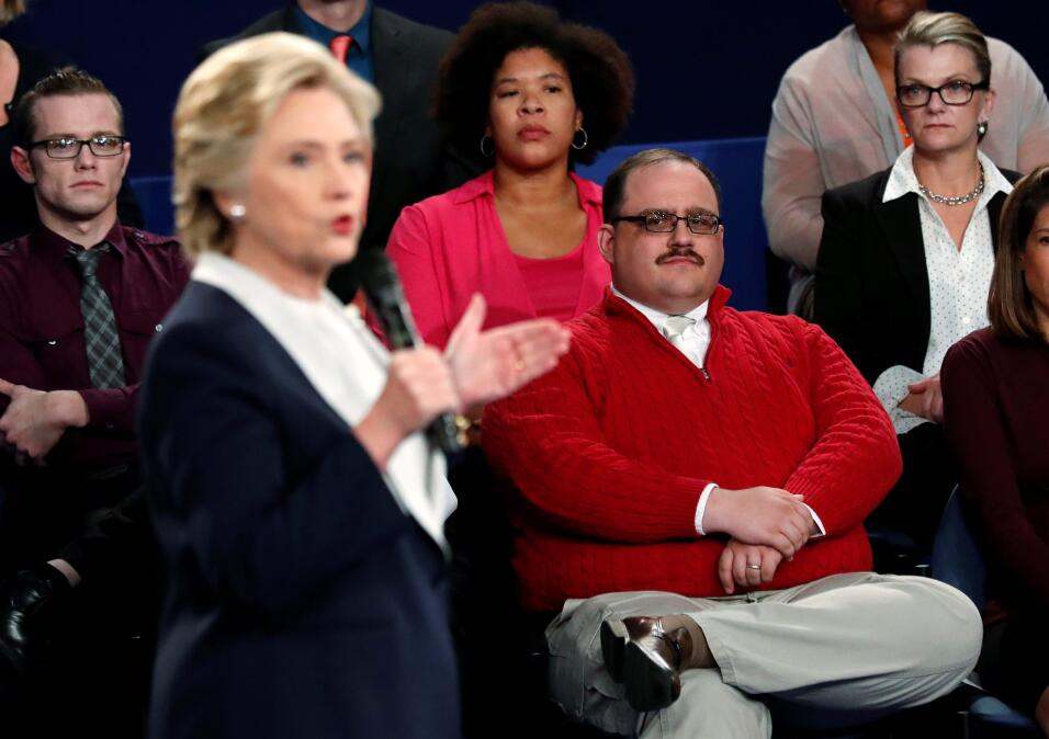 Ken Bone escuchando a Hillary Clinton en el debate presidencial de St. L...