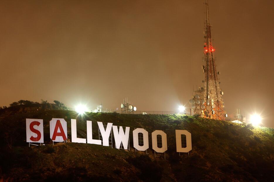 Durante la noche del 11 de febrero de 2010 el letrero de Hollywood se le...
